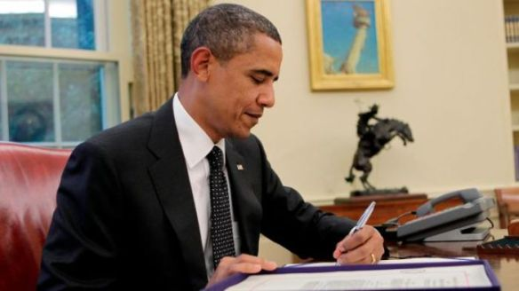 Obuma-signs-executive-order-illegally-bypassing-Congress-and-Democracy