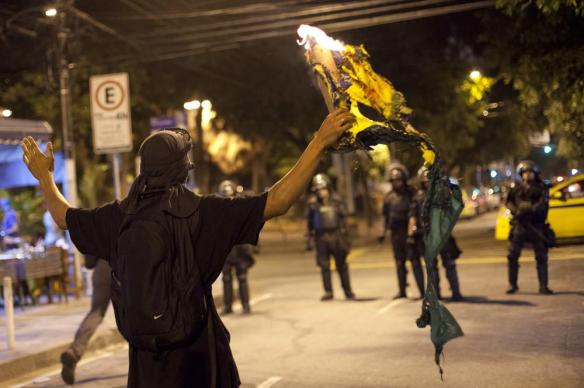 Flag burning Protester Rio2016